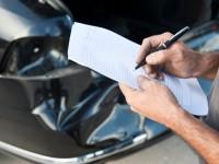 Obwohl ein Sachverständiger den Schaden ermittelt, sollte man noch am Unfallort alles selbst protokollieren.