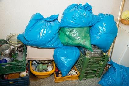 Mietnomaden hinterlassen neben offenen Rechnungen meist viel Müll und Schäden – gegen diese Kosten  können sich Vermieter versichern.  DoraZett © fotolia.com