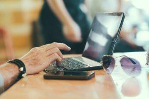 Das Internet bietet eine Fülle an Informationen rund um die Qualität von Brokern. (Quelle: stokpic (CC0-Lizenz)/ pixabay.com)