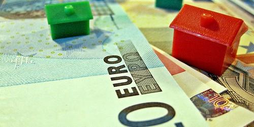 In Vermögenswerte wie Aktien oder Immobilien investieren